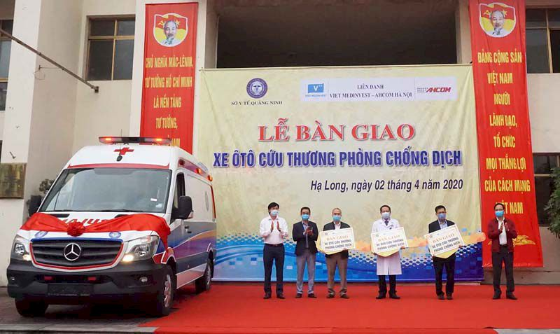 UBND tỉnh Quảng Ninh bàn giao 3 xe cứu thương, phòng dịch tiêu chuẩn quốc tế cho ngành y tế